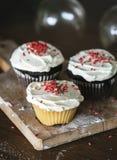 套逗人喜爱的圣诞节杯形蛋糕 库存照片