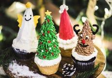 套逗人喜爱的圣诞节杯形蛋糕 库存图片