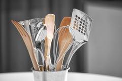套金属和木厨房器物在罐 库存照片