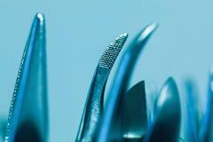 套金属牙医的医疗设备工具 免版税库存照片