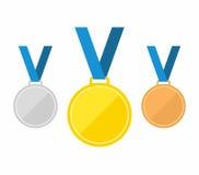 套金牌、银和古铜 在蓝色背景在平的样式的奖牌象隔绝的 奖牌传染媒介 库存图片