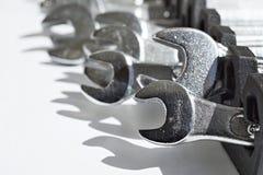 套银色活动扳手& x28; 转移或可调整的spanners& x29;作为手工建筑的标志 免版税库存照片