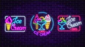套霓虹冰淇凌签字与在黑暗的砖墙背景的框架 在奶蛋烘饼锥体的果子冰淇凌 免版税库存图片