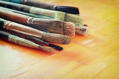 套顶视图在木桌的使用的画笔 免版税库存照片