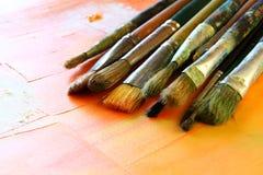 套顶视图在木桌的使用的画笔 免版税库存图片