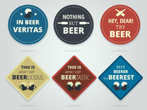 套颜色在周围和有口号的方形的准备好啤酒沿海航船 向量例证