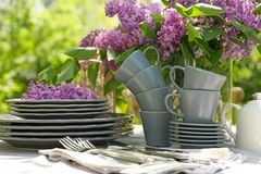 套餐具和丁香花装饰 免版税库存图片