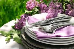 套餐具和丁香花装饰 免版税图库摄影