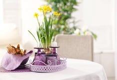 套餐具和利器有淡紫色辅助部件的 库存照片