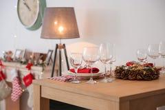 套餐具和圣诞节花圈 库存照片