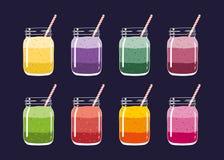 套8不同新鲜水果和莓果分层了堆积在金属螺盖玻璃瓶的圆滑的人有秸杆的 向量手拉的例证 库存图片