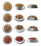 套12个盘烘干在白色背景隔绝的金属碗的宠物食品 上面,半和正面图 图库摄影