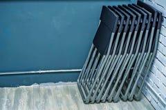 套黑塑料折叠椅在办公室 库存照片