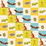套滑稽的动物击乌龟猫头鹰老虎袋鼠narwhal无缝的样式 与青绿的橙色正方形的圆点背景 v 免版税库存照片
