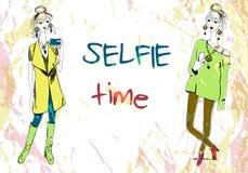 套boho样式的两名年轻时尚妇女与做selfie的电话 对于T恤杉打印,枕头印刷品,电话盒 库存照片