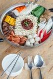 套Sukiyaki用面条和菜在罐 库存照片