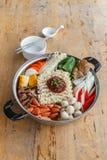 套Sukiyaki, Shabu用面条和菜在罐 库存照片