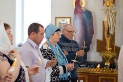 奥伦堡,俄国联盟2 Aprel 2019年 人们举蜡烛在洗礼期间仪式在东正教里 免版税库存图片