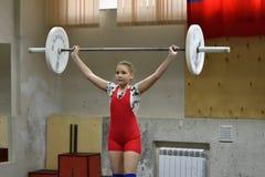 奥伦堡,俄罗斯, 2017 12月16日,年:女孩在举重竞争 图库摄影