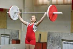 奥伦堡,俄罗斯, 2017 12月16日,年:女孩在举重竞争 免版税库存照片