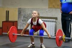 奥伦堡,俄罗斯, 2017 12月16日,年:女孩在举重竞争 库存图片