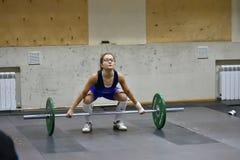 奥伦堡,俄罗斯, 2017 12月16日,年:女孩在举重竞争 免版税库存图片