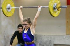 奥伦堡,俄罗斯, 2017 12月16日,年:女孩在举重竞争 库存照片