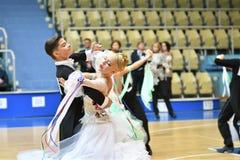 奥伦堡,俄罗斯- 2016年12月11日:女孩和男孩跳舞 免版税库存照片
