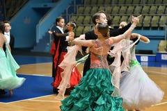 奥伦堡,俄罗斯- 2016年11月12日:女孩和男孩跳舞 库存照片