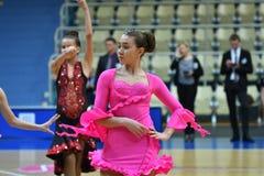 奥伦堡,俄罗斯- 2016年11月12日:女孩和男孩跳舞 图库摄影