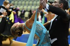 奥伦堡,俄罗斯- 2016年11月12日:女孩和男孩跳舞 免版税库存图片