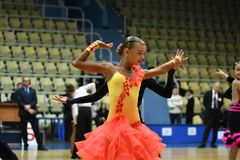 奥伦堡,俄罗斯- 2016年11月12日:女孩和男孩跳舞 免版税库存照片