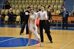 奥伦堡,俄罗斯- 2016年11月12日:女孩和男孩跳舞 库存图片