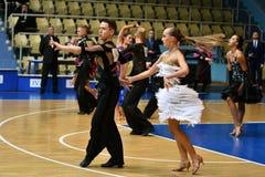 奥伦堡,俄罗斯- 2016年12月11日:女孩和男孩跳舞 库存照片