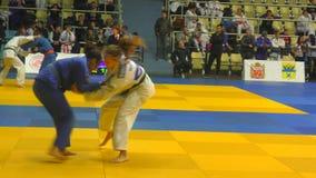 奥伦堡,俄罗斯- 2017年10月21日:女孩在柔道竞争在男孩和女孩中的全俄国柔道比赛致力Th 股票视频