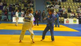 奥伦堡,俄罗斯- 2017年10月21日:女孩在柔道竞争在男孩和女孩中的全俄国柔道比赛致力Th 股票录像