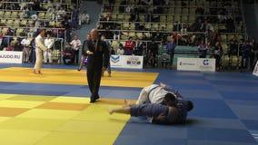 奥伦堡,俄罗斯- 2016年10月21日:男孩在柔道竞争在男孩和女孩中的全俄国柔道比赛被负担在2000年之间 股票录像