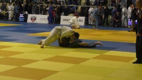 奥伦堡,俄罗斯- 2016年10月21日:男孩在柔道竞争在男孩和女孩中的全俄国柔道比赛被负担在2000年之间 股票视频