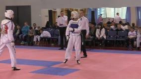 奥伦堡,俄罗斯- 2016年3月27日:男孩在跆拳道竞争 股票视频