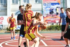 奥伦堡,俄罗斯- 2017 7月30日,年:女孩和男孩戏剧街道篮球 免版税库存图片