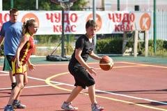 奥伦堡,俄罗斯- 2017 7月30日,年:女孩和男孩戏剧街道篮球 免版税图库摄影