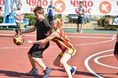 奥伦堡,俄罗斯- 2017 7月30日,年:女孩和男孩戏剧街道篮球 库存照片