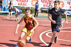 奥伦堡,俄罗斯- 2017 7月30日,年:女孩和男孩戏剧街道篮球 免版税库存照片