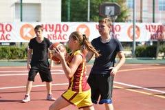 奥伦堡,俄罗斯- 2017 7月30日,年:女孩和男孩戏剧街道篮球 库存图片