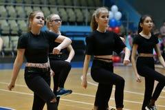 奥伦堡,俄罗斯- 2017 12月9日,年:女孩在健身有氧运动竞争 库存照片