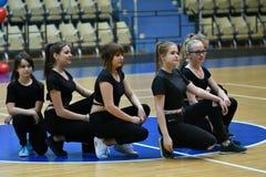 奥伦堡,俄罗斯- 2017 12月9日,年:女孩在健身有氧运动竞争 免版税图库摄影