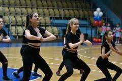 奥伦堡,俄罗斯- 2017 12月9日,年:女孩在健身有氧运动竞争 库存图片
