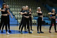 奥伦堡,俄罗斯- 2017 12月9日,年:女孩在健身有氧运动竞争 免版税库存照片