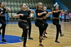 奥伦堡,俄罗斯- 2017 12月9日,年:女孩在健身有氧运动竞争 免版税库存图片