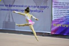 奥伦堡,俄罗斯- 2017 11月25日,年:女孩在节奏体操方面竞争 库存照片